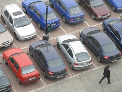 Foto: A lovit 21 de maşini dintr-o parcare, după ce s-a certat cu prietena