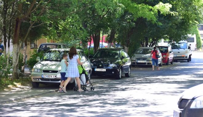 Când va avea Constanţa trotuare pentru pietoni,  şi nu pentru maşini? Zilnic, ne punem viaţa  în pericol - masiniparcatepetrotuarzonadorall-1500558869.jpg