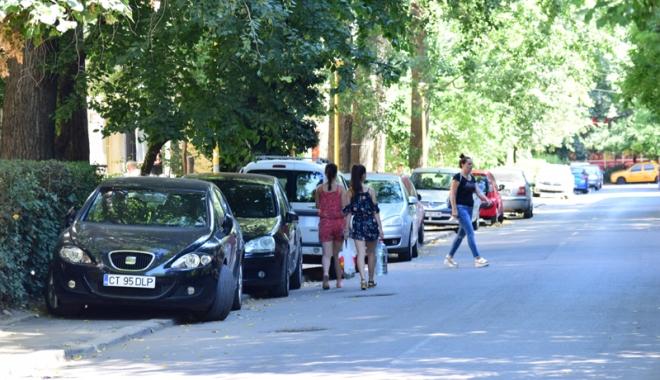 Când va avea Constanţa trotuare pentru pietoni,  şi nu pentru maşini? Zilnic, ne punem viaţa  în pericol - masiniparcatepetrotuarzonadorall-1500558879.jpg