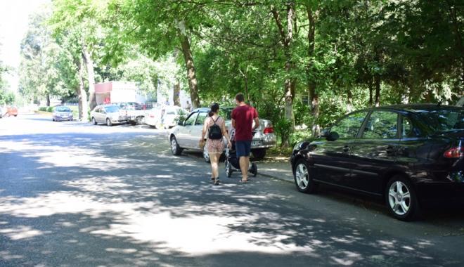 Când va avea Constanţa trotuare pentru pietoni,  şi nu pentru maşini? Zilnic, ne punem viaţa  în pericol - masiniparcatepetrotuarzonadorall-1500558887.jpg