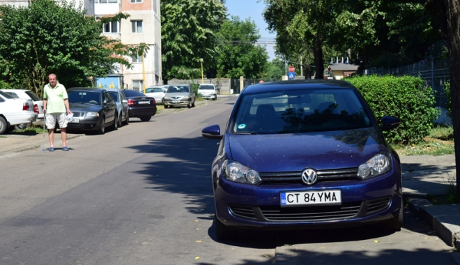 Când va avea Constanţa trotuare pentru pietoni,  şi nu pentru maşini? Zilnic, ne punem viaţa  în pericol - masiniparcatepetrotuarzonadorall-1500558902.jpg