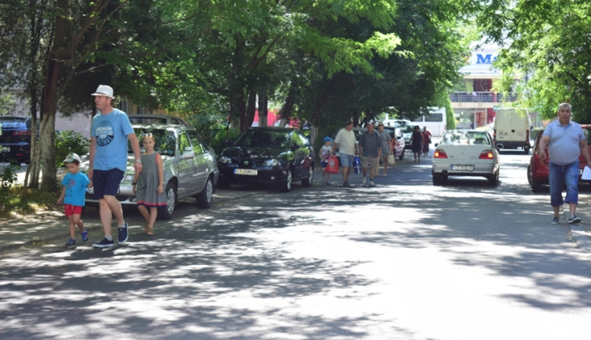 Foto: Când va avea Constanţa trotuare pentru pietoni,  şi nu pentru maşini? Zilnic, ne punem viaţa  în pericol