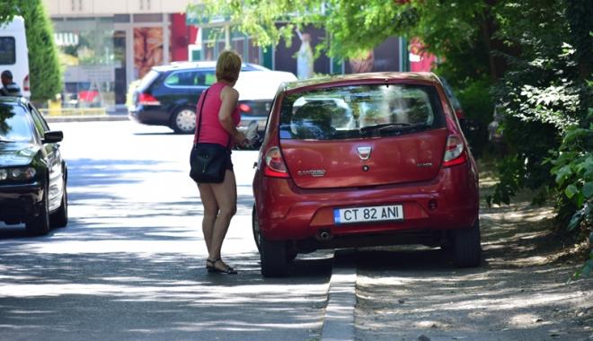 Când va avea Constanţa trotuare pentru pietoni,  şi nu pentru maşini? Zilnic, ne punem viaţa  în pericol - masiniparcatepetrotuarzonadorall-1500558918.jpg