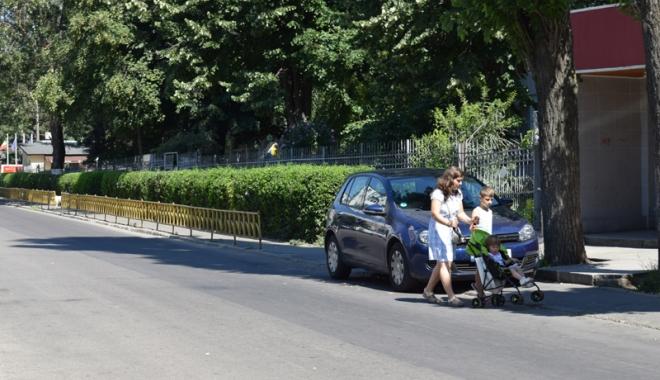 Când va avea Constanţa trotuare pentru pietoni,  şi nu pentru maşini? Zilnic, ne punem viaţa  în pericol - masiniparcatepetrotuarzonadorall-1500558928.jpg