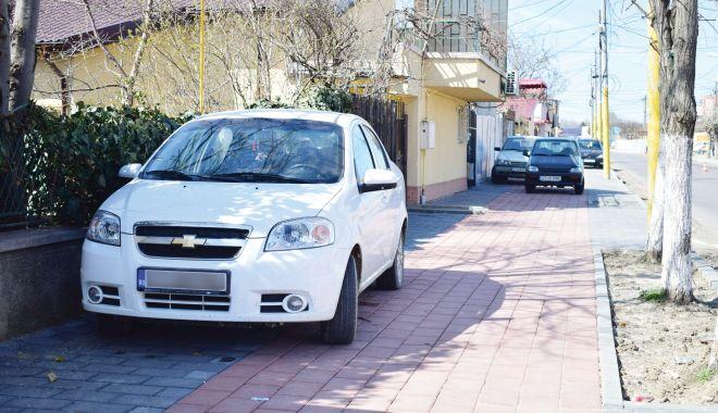 Foto: Poliția locală, în acțiune! Amenzi pentru proprietarii mașinilor parcate pe trotuare