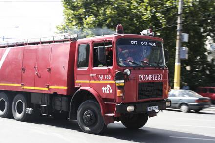 Foto: Pompierii au intervenit pentru deblocarea unei uşi