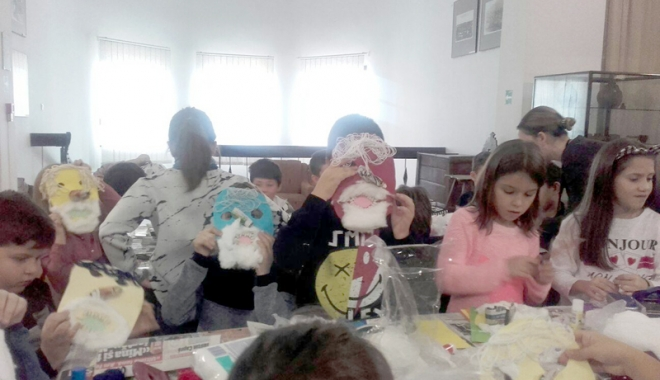 Foto: Copiii învaţă să confecţioneze măşti la Muzeul de Artă Populară