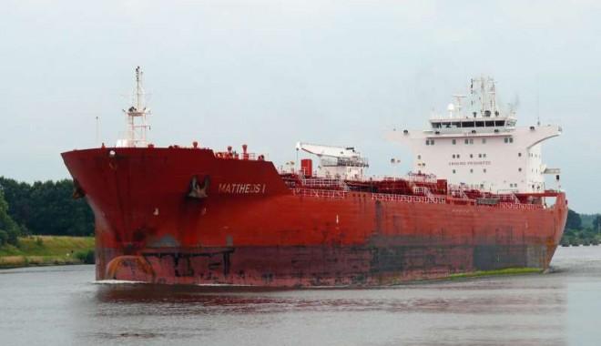 Foto: Un tanc petrolier spaniol, jefuit şi eliberat de piraţi