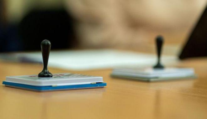 Foto: Un singur alegător, până la ora 12.00. Ce secție de votare este codașă