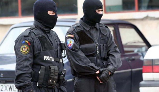 Foto: Percheziţii la Constanţa! Droguri de risc, bani şi telefoane, găsite de oamenii legii