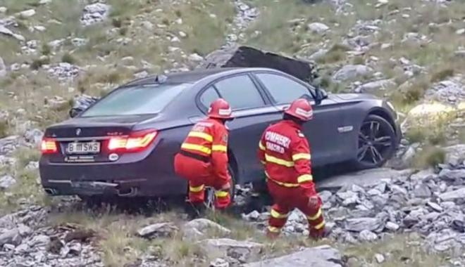 Foto: O clipă de neatenţie şi maşina lor a ajuns în râpă!