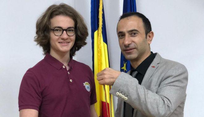 Foto: Medalie de argint  pentru elevul Edis Memiş,  de la Liceul Internaţional