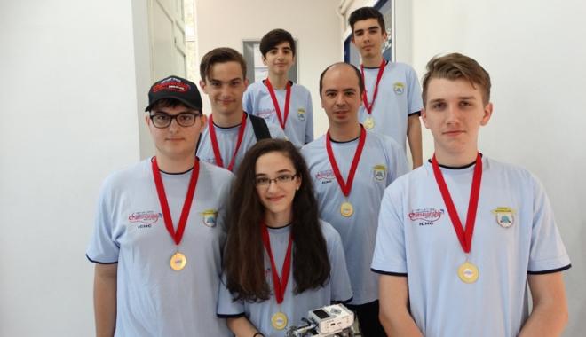 Foto: Elevi ai Liceului Internaţional,  medaliaţi cu aur  la First Lego League
