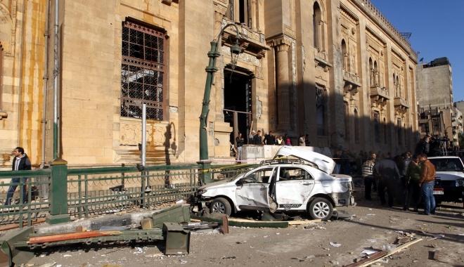 Foto: Atentat cu dispozitiv exploziv la Cairo. Un poliţist a murit şi patru sunt răniţi