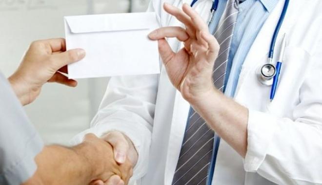 Foto: Medic acuzat de luare de mită. Află cine este!