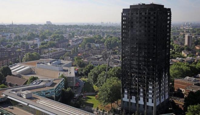 Foto: Metroul din Londra, închis! Blocul care a luat foc s-ar putea PRĂBUŞI