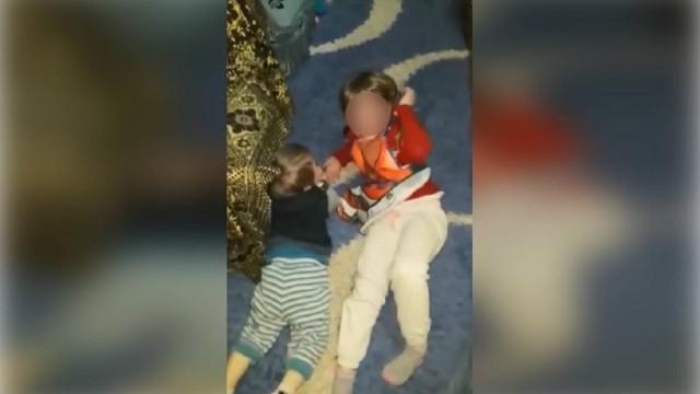 Foto: Un bărbat s-a filmat în timp ce îşi bătea copiii şi i-a trimis imaginile soţiei