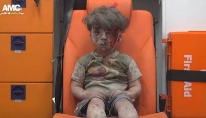 Foto: Îl mai ţineţi minte pe băieţelul care a devenit simbolul războiului din Siria? Noi fotografii cu el au apărut pe Internet