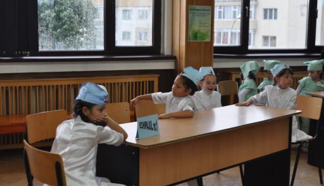 Copiii din Mangalia au participat la o competiție pe teme de sănătate - miciisanitari-1337618914.jpg