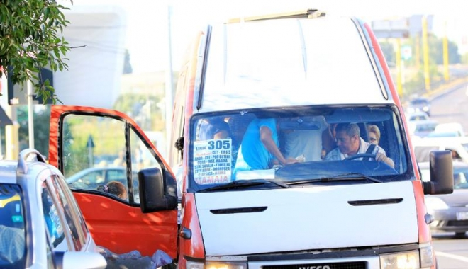 Foto: VIDEO / P�n� unde merge tupeul firmelor  maxi-taxi? Pasager bruscat de �oferul unui microbuz, �n timpul cursei