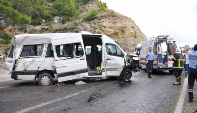Foto: Doi rom�ni au murit �i al�i 14 au fost r�ni�i �ntr-un grav accident de microbuz �n Turcia