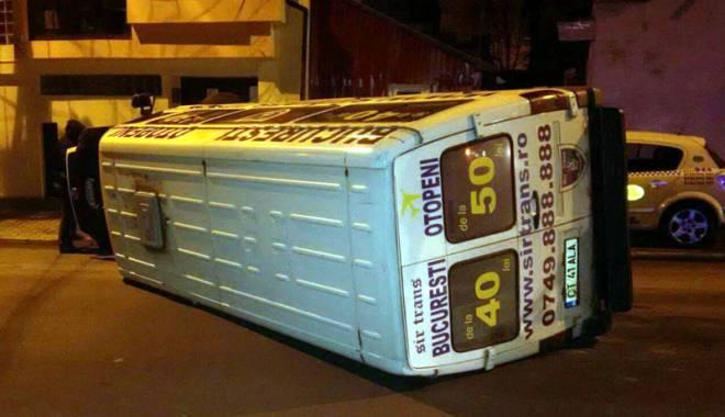 Foto: Microbuz răsturnat. Şoferul, transportat la Spitalul Judeţean