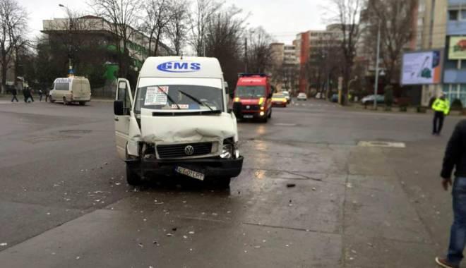 Foto: Maxi-taxi, spulberat de un bolid de lux, în Constanţa. Şoferul a trecut pe roşu
