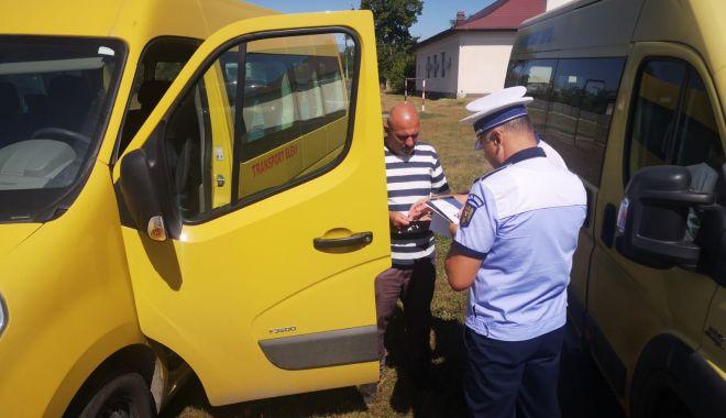 Foto: Zeci de microbuze școlare din Constanța, verificate de Poliție