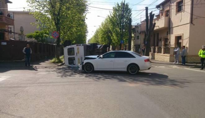 Foto: La un pas de tragedie în Constanţa. Maxi taxi cu pasageri, răsturnat