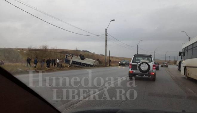 Foto: MICROBUZ ŞCOLAR RĂSTURNAT! 13 elevi au fost transportaţi la spital