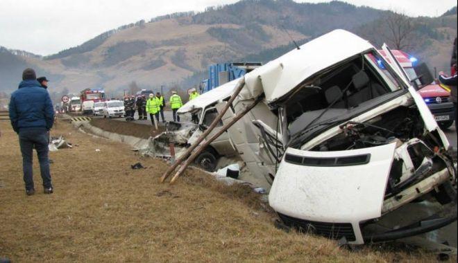 Foto: Coliziune microbuz-autoturism, după ce o şoferiţă a depăşit neregulamentar!