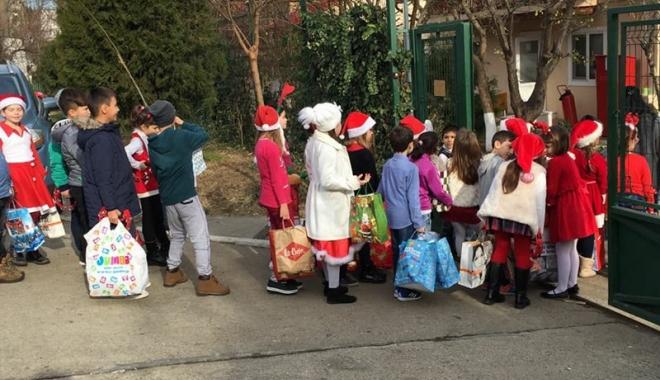 """Foto: Micuţii de la Liceul """"Ion Podaru"""" din Ovidiu au oferit daruri celor de la Centrul """"Micul Rotterdam"""""""