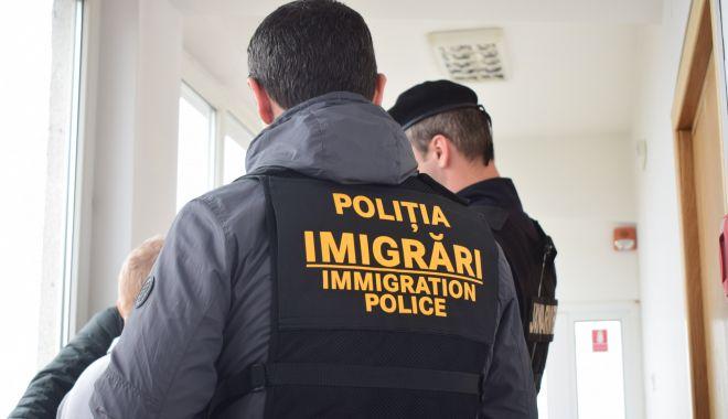 Migranți expulzați din țară, după ce au fost prinși