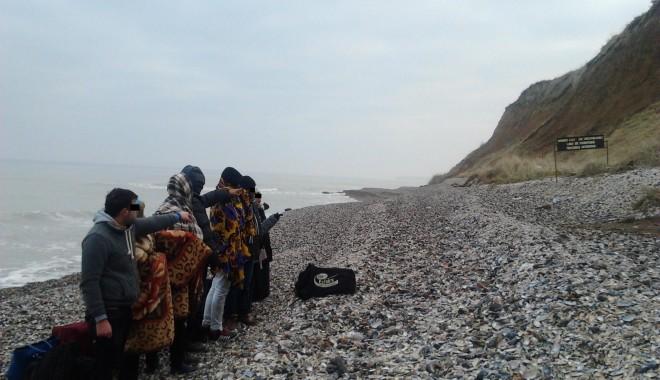 Foto: Opt  migranţi, depistaţi de poliţişti pe plaja din Vama Veche