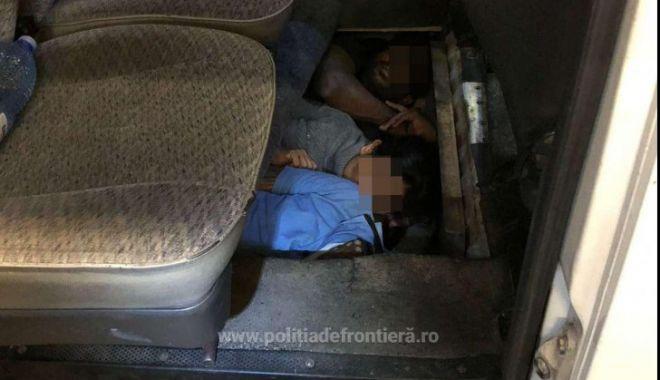 Foto: Migranţi din Sri Lanka, ascunși în podeaua unui microbuz pentru a ieși din România