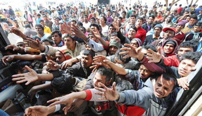 Foto: Atena a transferat  cu feriboturi încă o mie  de migranţi pe continent