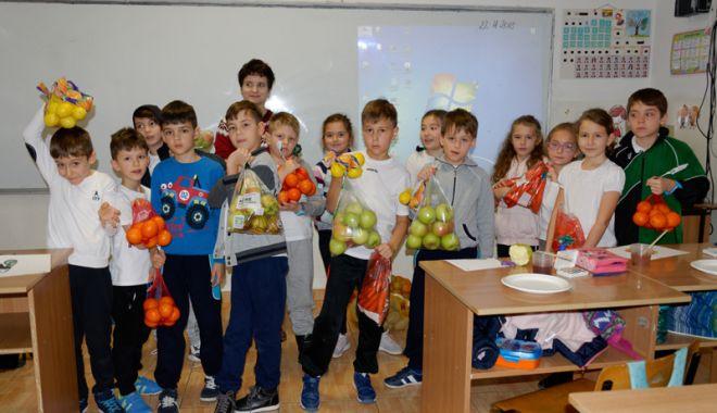 """Foto: Mii de kilograme de legume şi fructe, donate de elevii Şcolii """"Lucian Grigorescu"""""""