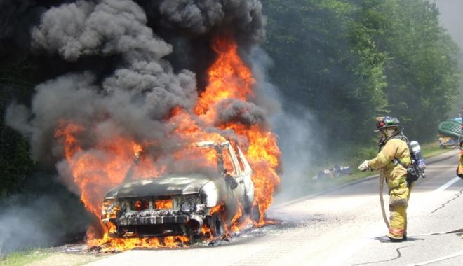 Foto: Suedia, probleme  cu refugia�ii.  Mii de ma�ini incendiate