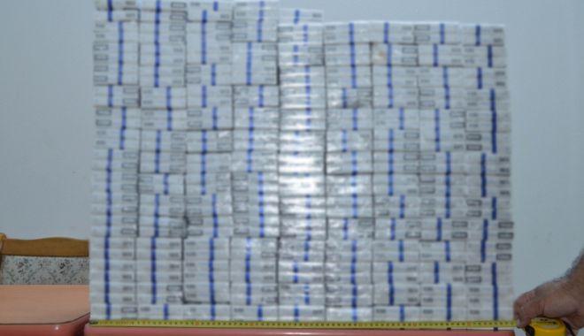 Foto: Mii de pachete de ţigări de contrabandă, ascunse într-un autovehicul