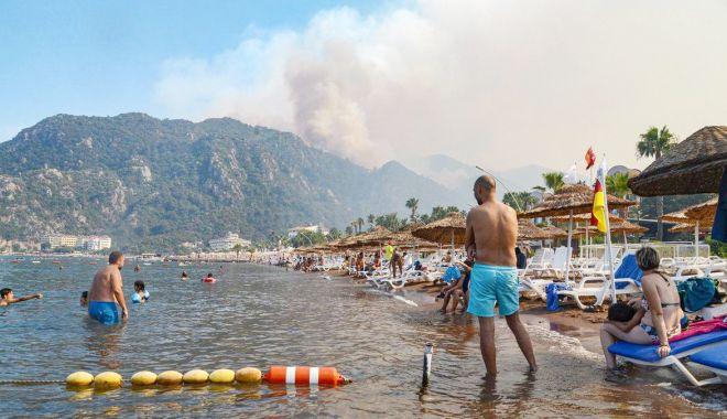 Mii de turişti s-au refugiat pe malul Mării Egee ca să scape de incendii - miideturisti-1627817513.jpg