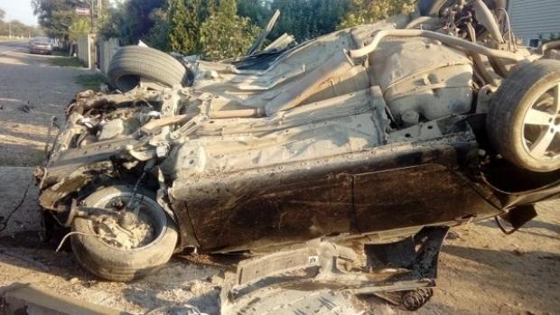 Foto: ACCIDENT GRAV! O maşină a dărâmat un gard şi s-a răsturnat . Două victime