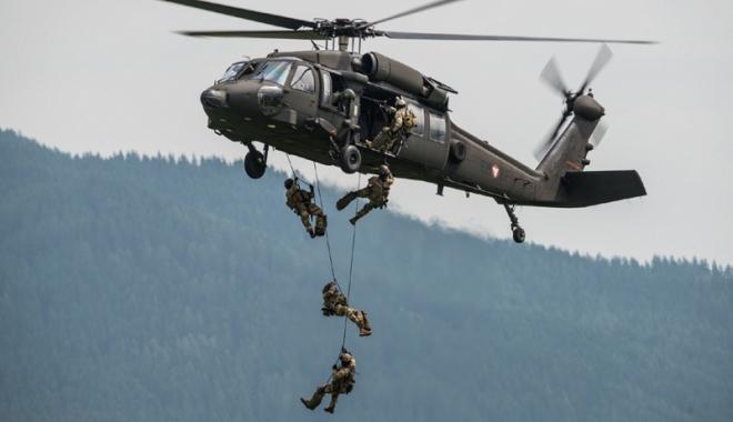 Foto: Antrenamente militare cu elicopterele Black Hawk, la baza Kogălniceanu