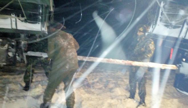Foto: GALERIE FOTO / Militarii au deschis drumurile echipelor de intervenţie ale ENEL