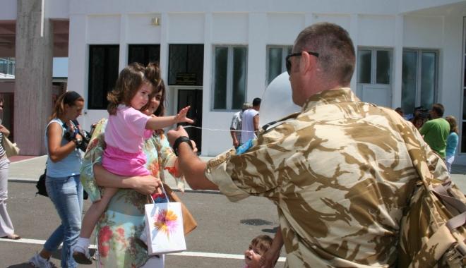 Foto: TAXELE ŞI IMPOZITELE MILITARILOR NU SE DUC LA STATUL ROMÂN? Militarii care au deveni părinţi, obligaţi să dea banii înapoi
