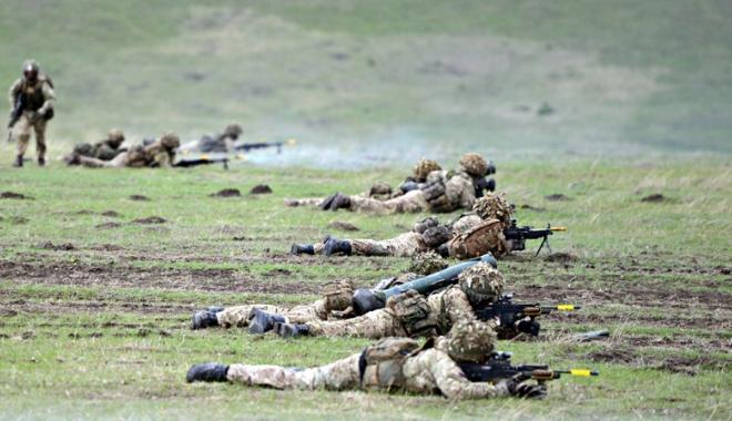 Foto: Militarii români participă la exerciţii tactice şi trageri de luptă