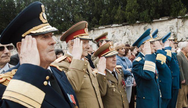 Foto: Veste bună pentru militarii pensionaţi! Klaus Iohannis a promulgat legea prin care le acordă sporuri