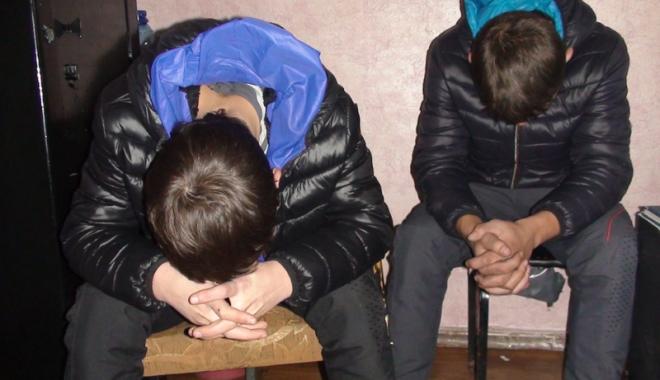 Foto: Minori reţinuţi de poliţişti. Furau din locuinţe şi maşini