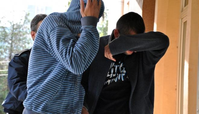 Foto: Minori din Constanţa, încătuşaţi după ce au tâlhărit o femeie