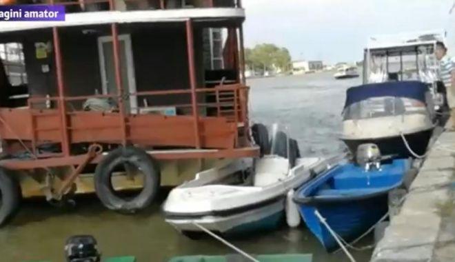 Foto: Accident la Sulina. Bărci și pontoane, avariate de un hotel plutitor