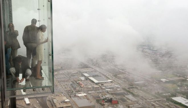 Podeaua de sticlă a unui zgârie-nori a crăpat, la etajul 103, sub picioarele unor turiști - mmqznmy5zwuwytzjzjfjmjg0mgvkztm2-1560424111.jpg
